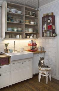 Puhtaanvalkeita Savimaakari-laattoja keittiössä.